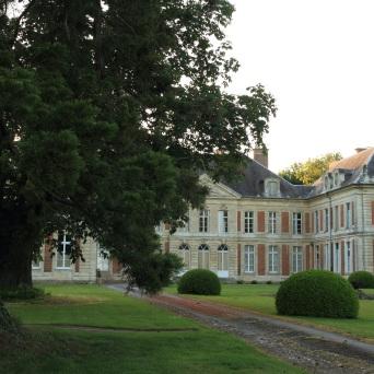Château derrière les arbres Lamas du Parc, Château de Courcelles-sous-Moyencourt