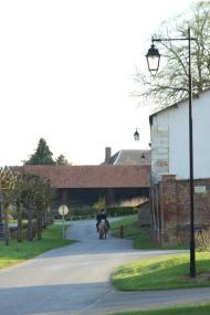 à cheval dans le village Lamas du Parc, Château de Courcelles-sous-Moyencourt